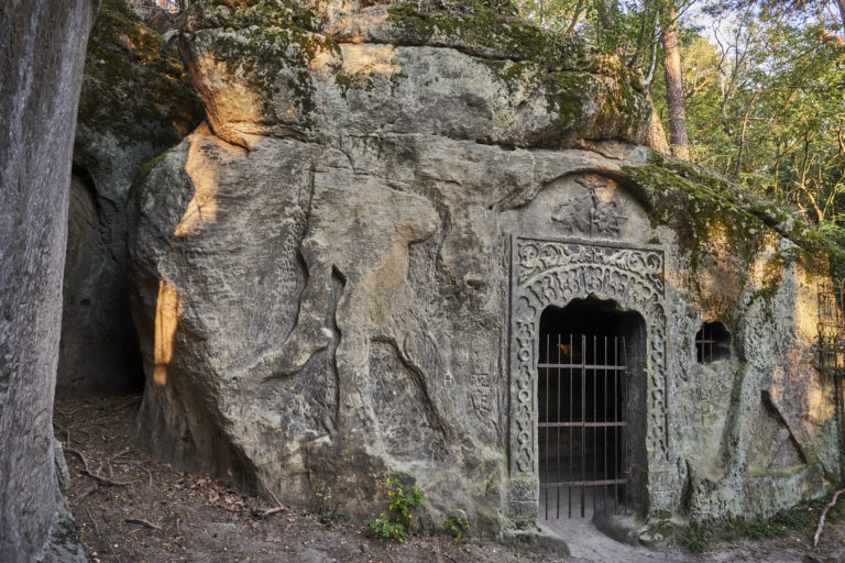 Foto 4. Vchod do jeskyně Klácelka. Po stranách nedokončené reliéfy bojovníka a jezdce na konij. Foto Boris Stojanov.pg